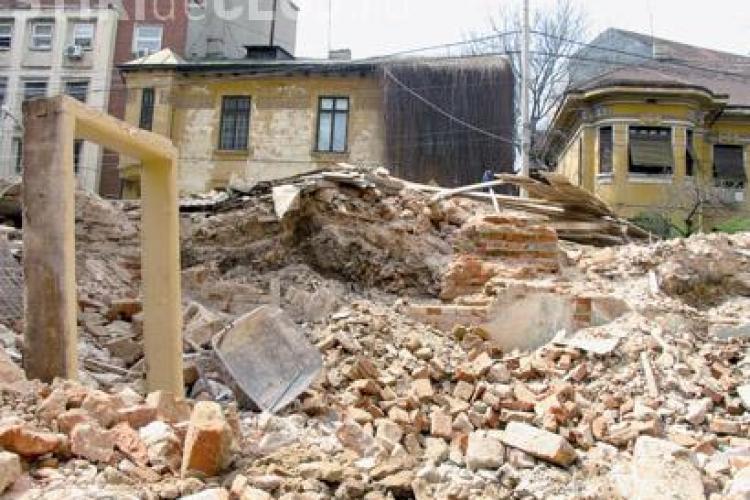 PREMIERA - Un bloc construit ilegal in Cluj-Napoca este demolat la aceasta ora