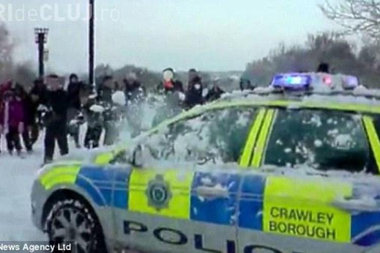 Politisti englezi goniti dintr-un parc cu bulgari de zapada - VIDEO
