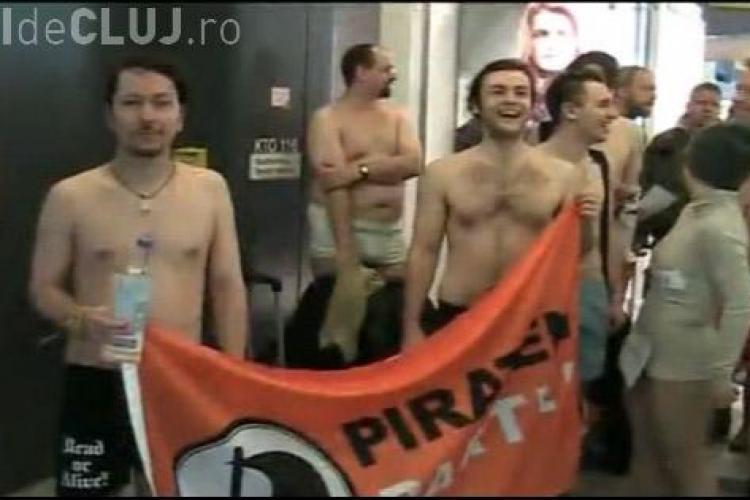 Zeci de tineri berlinezi au protestat in pielea goala in aeroport impotriva scannerelor corporale-VEZI VIDEO