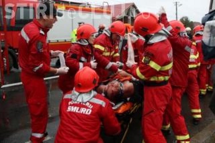 Patru morti si patru raniti intr-un microbuz lovit de un TIR cu mere la Constanta