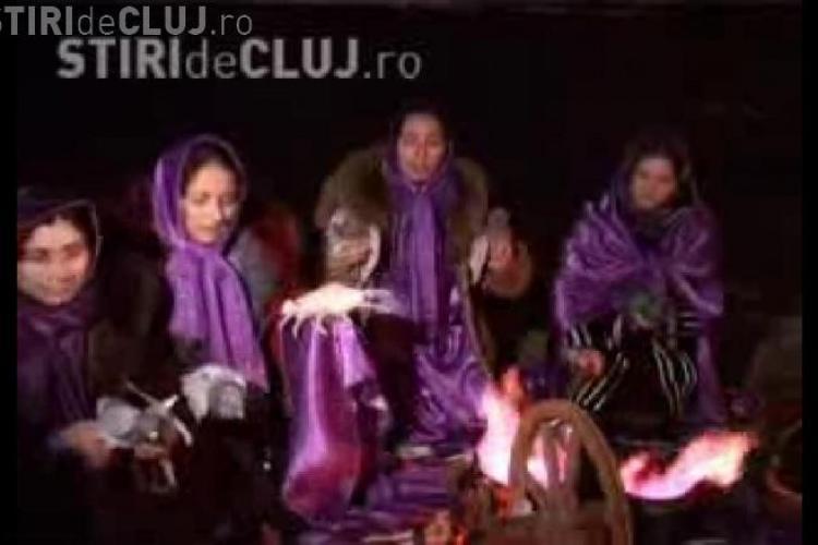 Vrajitoarele au descantat sambata seara pe malul Somesului la Cluj impotriva flacarii violet - VIDEO