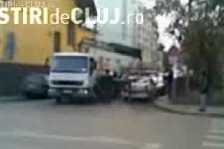 Un clujean a filmat cu un telefon mobil cum este ridicata o masina a Politiei Cluj  chiar din fata sediului - VIDEO