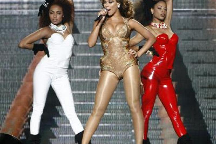 Beyonce a cazut in fund in timpul unui concert din Brazilia - VIDEO
