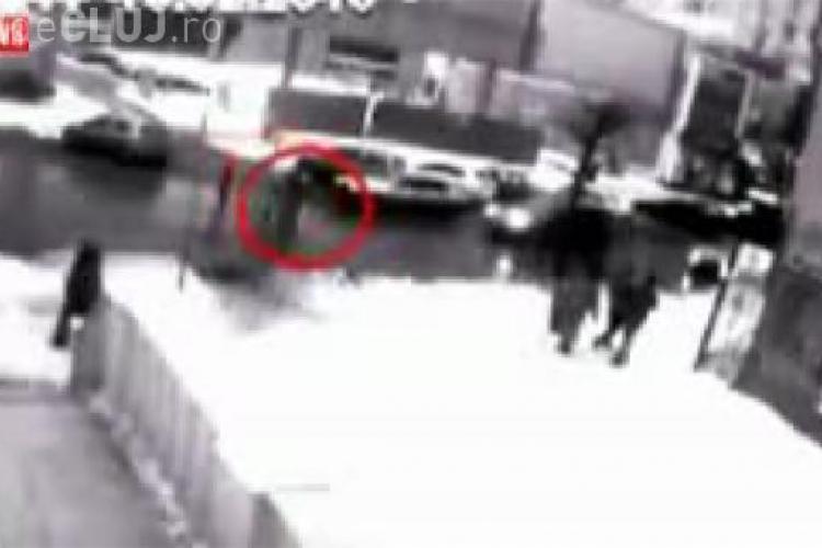 Accident socat! Patru tineri spulberati de un taximetrist in timp ce traversau strada - VIDEO - Imagini socante