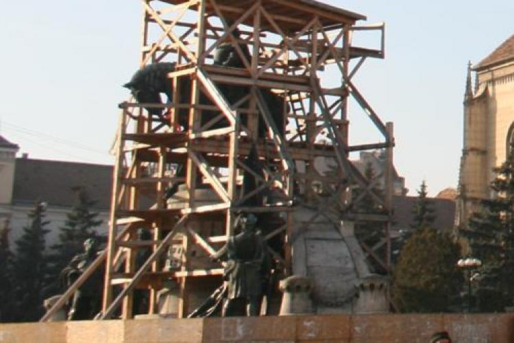 """Dupa ce a stat doi ani sub schele de lemn, acum statuia lui """"Matei Corvin"""" va fi acoperita cu o structura metalica si va sta in ... aer"""
