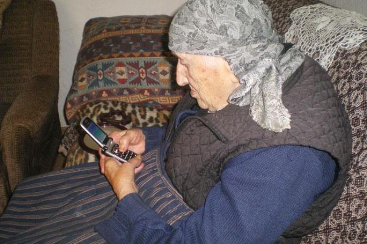 La 94 de ani, o super-batranica scrie sms-uri, trimite fax-uri si citeste carti in fiecare zi- Galerie FOTO
