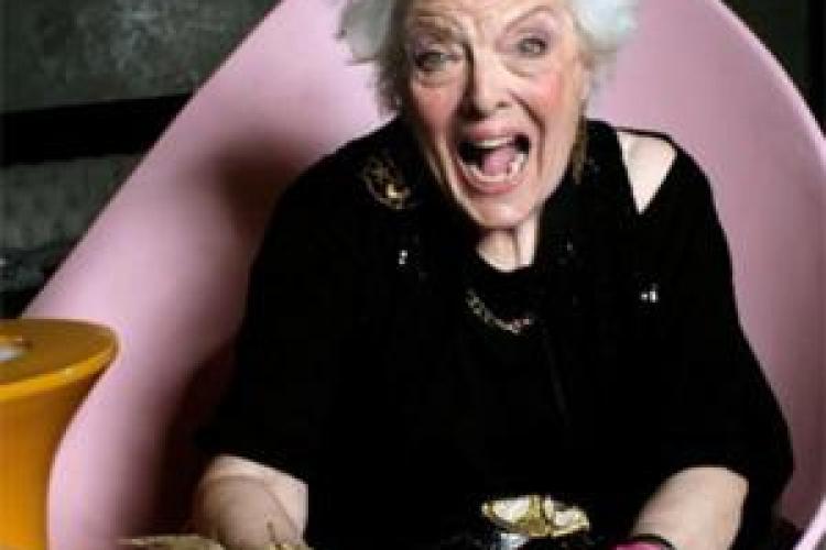 O englezoaica de 70 de ani incinge platanele intr-un club din Paris