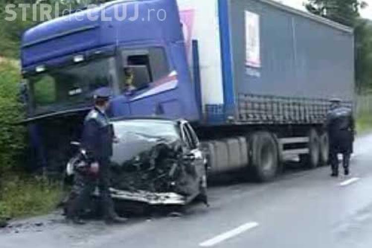 Accident la Tureni, Cluj. Doua persoane dintr-o Dacie au fost ranite, dupa ce masina a intrat sub un TIR