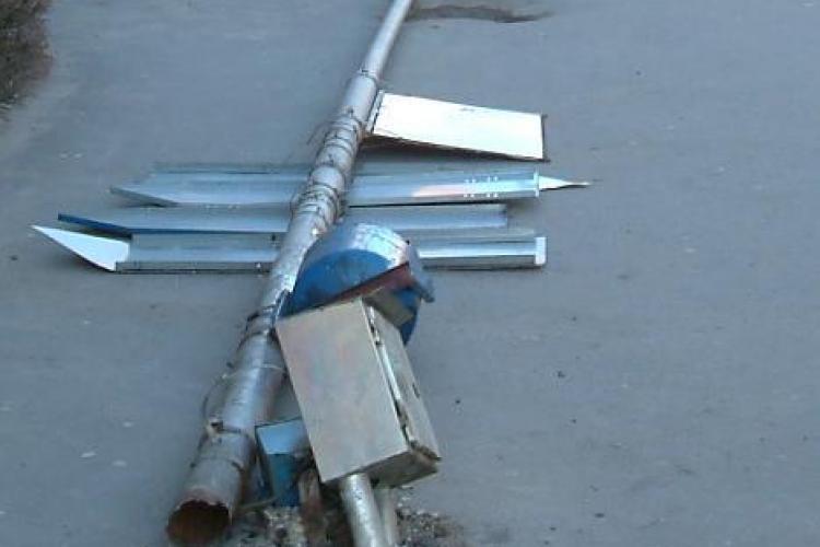 Un stalp cazut pe carosabil blocheza circulatia pe ambele sensuri pe E60 , comuna Floresti, jud Cluj
