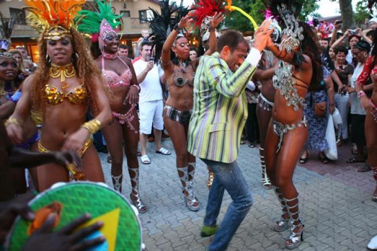 Radu Mazare a fost filmat dansand pe un car alegoric la carnavalul de la Sao Paolo - VIDEO
