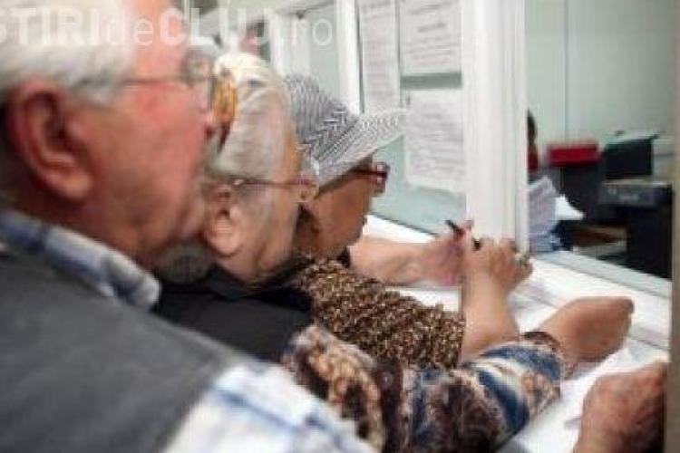 Zeci de pensionari clujeni au mers astazi la casa de pensii pentru a-si lua bilete de tratament