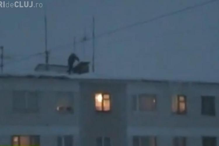 Distractie interzisa! Rusii se arunca de pe bloc in zapada -  VIDEO si FOTO