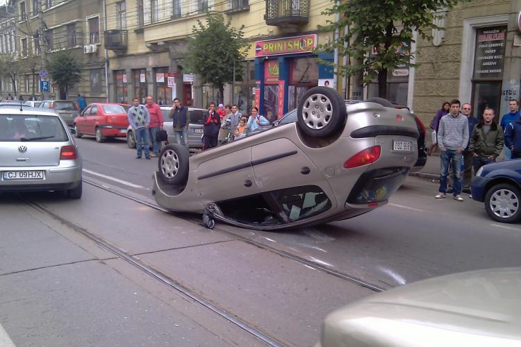 O masina s-a rasturnat pe strada Horea din centrul Clujului! In accident au fost implicate inca doua autoturisme - VIDEO si FOTO