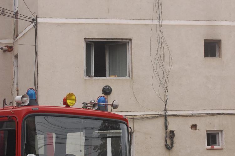Incendiu in Gruia! O femeie a uitat o placa de par in priza si vecinii au chemat pompierii! - FOTO