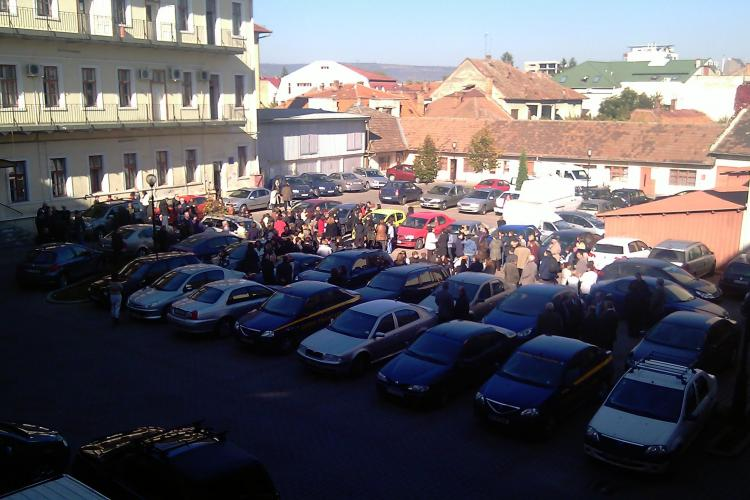 Greva reluata la Directia de Finante Cluj! 100 de angajati au iesit in curte la ora 9.00