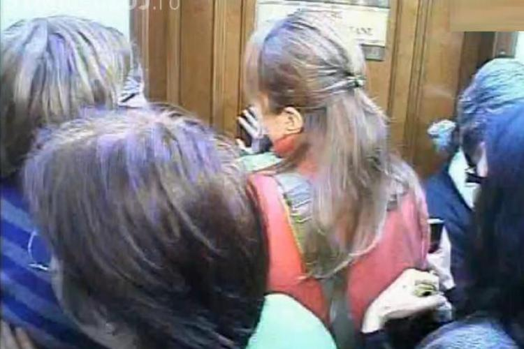 Asediu la Ministerul Finantelor. Ministrul Ialomiteanu s-a baricadat in birou, dar a fost scos de agentii SPP - VIDEO
