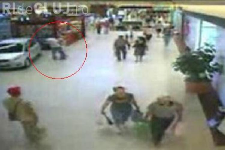 Atacul cu cutitul de la Iulius Mall Cluj nu este un caz singular. O alta femeie a fost batuta sub ochii agentilor de paza! VIDEO