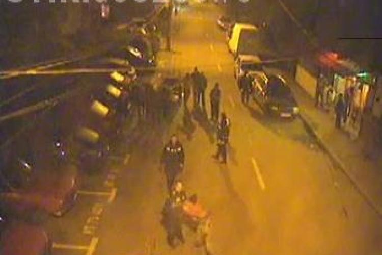 Un politist atacat cu furcile de mai multi barbati a tras 7 focuri in aer - VIDEO