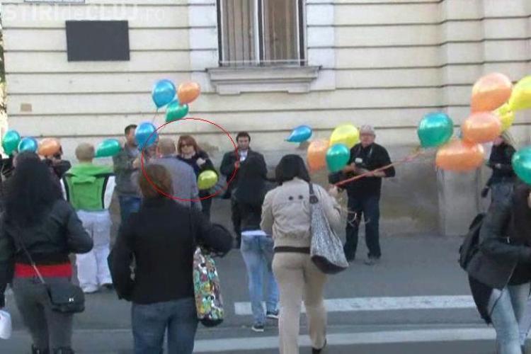 Catinca Roman lupta la Cluj pentru drepturile homosexualilor! Fiica lui Petre Roman a participat la un flash mob Gay - VIDEO