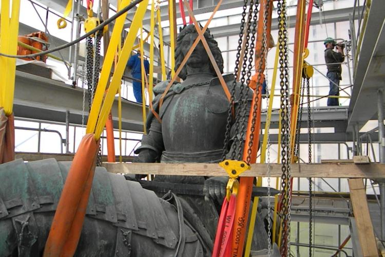 Statuia lui Matei Corvin a fost asezata pe soclu! Lucrarile vor fi finalizate in luna noiembrie - Galerie FOTO si VIDEO