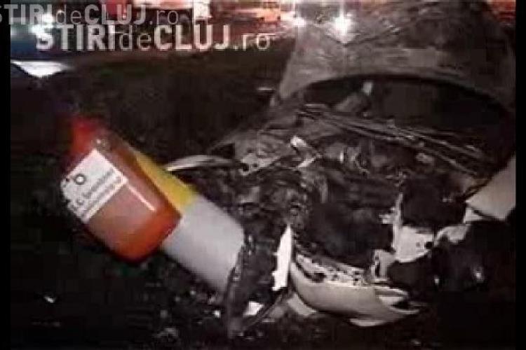 Accident pe Calea Turzii din Cluj. Un Peugeot a luat foc dupa ce a doborat un stalp de electricitate si unul de telefonie - VIDEO