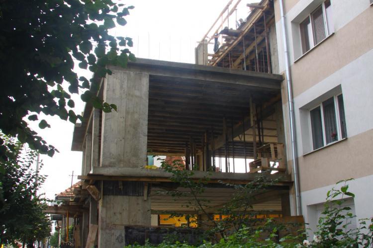 Un cetatean arab ridica un bloc ilegal pe strada Bucuresti! Primaria a ajuns sa se roage de alte institutii ca sa stopeze lucrarile