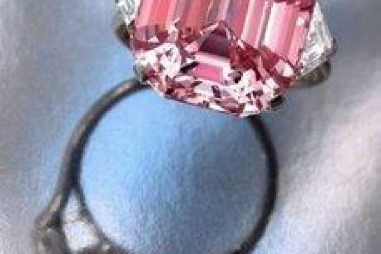 Un diamant roz, ce valoreaza 29 de milioane de euro, va fi scos la licitatie - Galerie FOTO