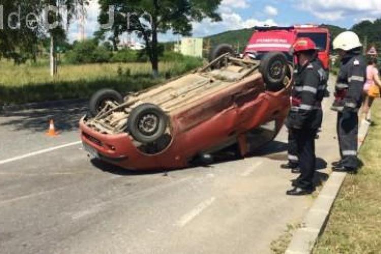 Accident la intrare în Dej. Un șofer s-a răsturnat cu Matiz-ul în mijlocul drumului VIDEO