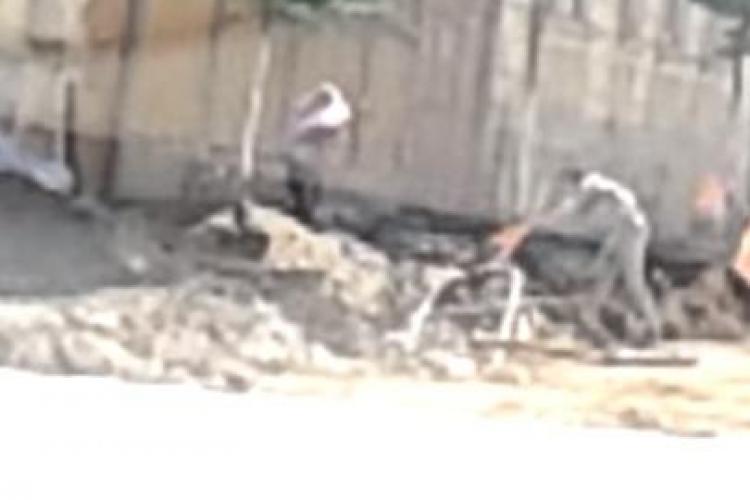 Cei mai leneși muncitori sunt pe strada Avram Iancu! Cum reușesc să dea DOI la o lopată - VIDEO