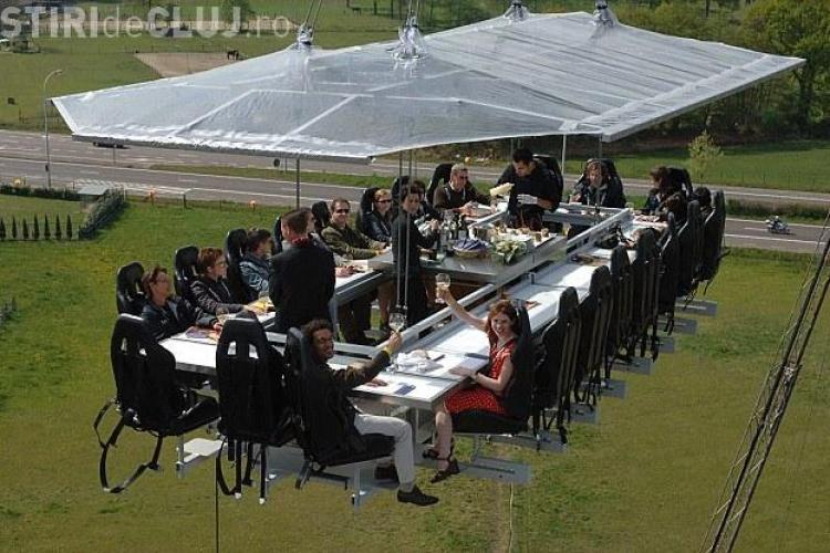 """""""Dinner in the sky"""" la Cluj-Napoca. Cât va costa să luați masa la 50 de metri înălțime"""