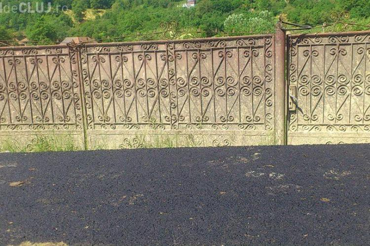 """La Micești, în județul Cluj, oamenii sunt """"zidiți"""" în curți de drumul nou - FOTO"""
