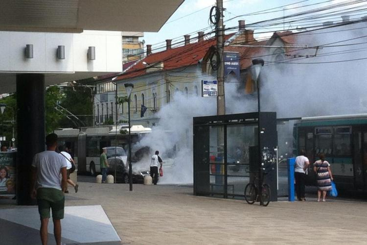 Clujean ghinionist! I-a luat foc mașina lângă clădirea The Office - FOTO