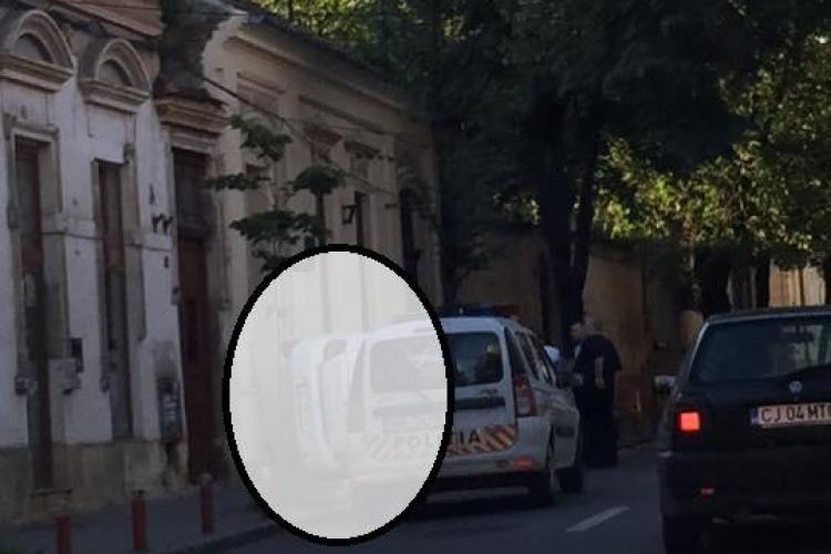 Parcare LATERALĂ la Cluj! S-a urcat cu ROȚILE pe o clădire din centrul Clujului - FOTO VIRAL