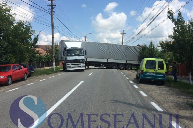 Un TIR a oprit circulația pentru zeci de minute în Gherla. A rămas blocat pe o stradă VIDEO