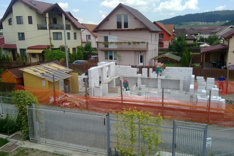 În Florești, se ridică o casă pe un teren de 8 metri lățime - FOTO