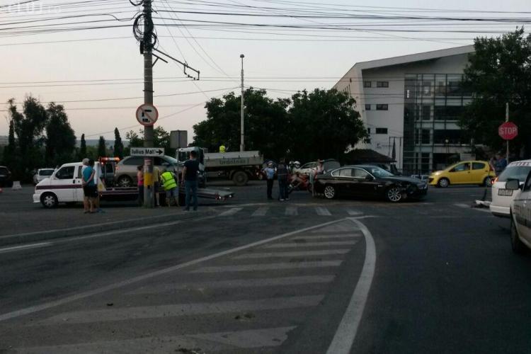 Șoferul unui BMW de lux a cauzat un accident la Iulius Mall Cluj. Trei mașini au fost avariate și două persoane rănite FOTO