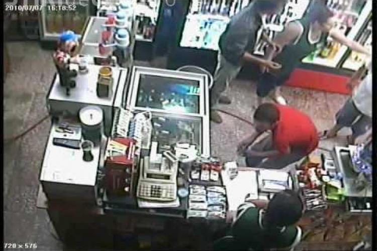 Tâlhărie la un magazin în centrul Clujului! Hoțul a agresat-o pe vânzătoare, dar a primit ce a MERITAT