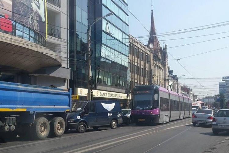 Tramvaiul este blocat pe strada Barițiu de o mașină de curierat - FOTO