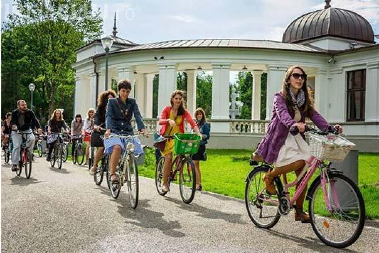 Parada modei pe bicicletă va avea loc la Cluj-Napoca. VELO CHIC CLUJ 2015 este evenimentul biciclistelor clujence