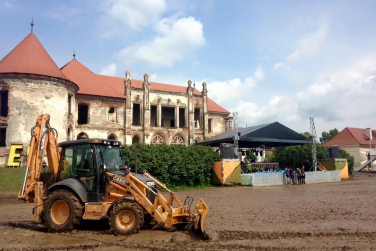 ELECTRIC CASTLE 2015: Organizatorii festivalului curăță curtea castelului de noroi. Vor pune și pietriș pe alei FOTO