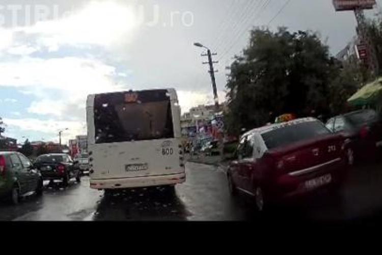 """Cum să depășești o coloană de mașini la Cluj. Un taximetrist """"inventiv"""" s-a folosit de trotuar VIDEO"""