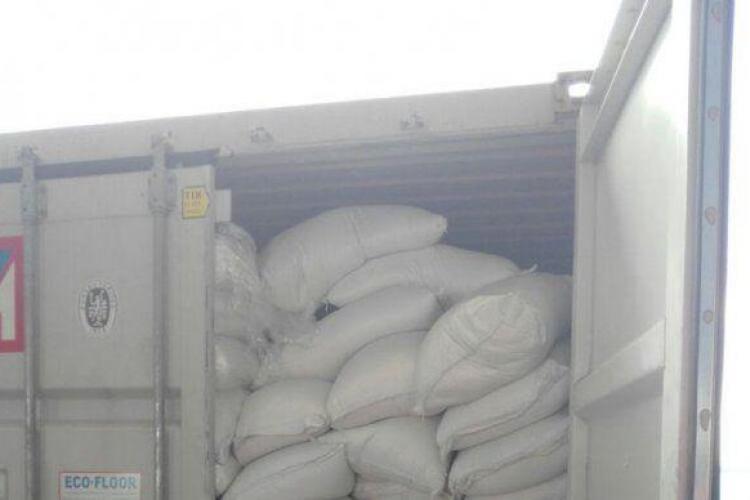 Zeci de saci plini cu droguri, descoperiți într-un container importat de o firmă din Cluj