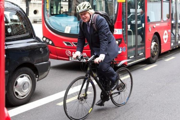 Un primar merge pe bicicletă, dar îl înjură ca un birjar pe un taximetrist - VIDEO