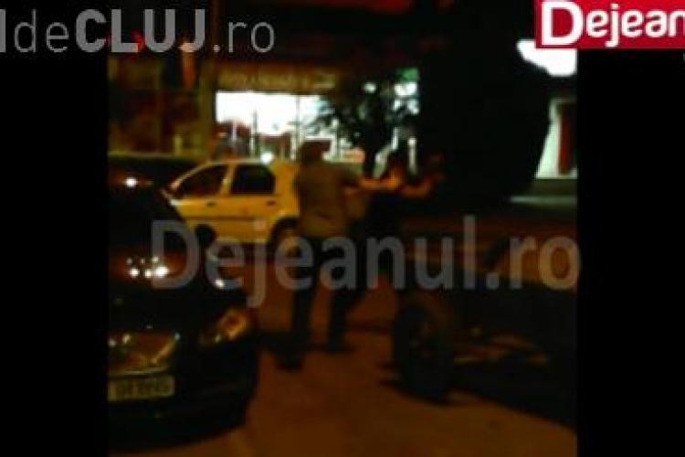 Bătaie în centrul Dej-ului, din cauza unei căruțe parcate între mașini. Și-au dat pumni și picioare VIDEO