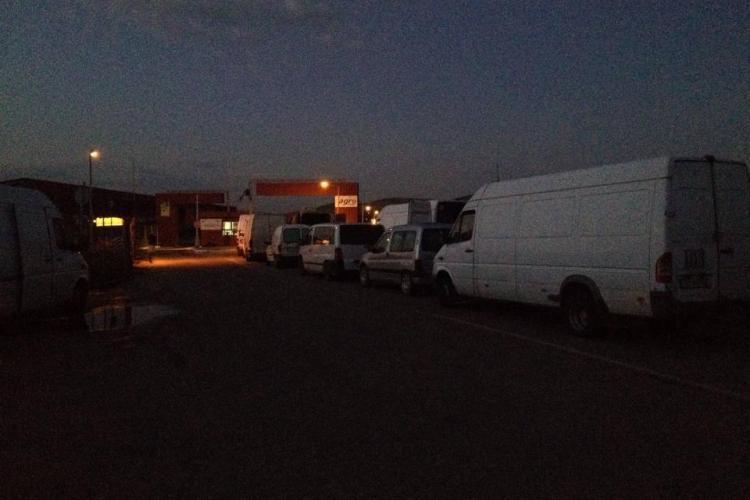 Centrul Agro Transilvania Cluj își bate joc de comercianți. De ce sunt ținuți producătorii la cozi câte 8 ore