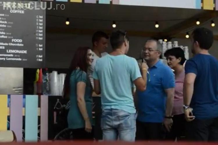 Mircea Bravo s-a dus la UNTOLD. S-a întâlnit cu Boc și i-a cerut banii înapoi VIDEO