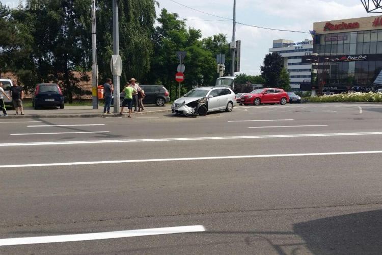 "Accident la Iulius Mall Cluj! S-a ""urcat"" cu basculanta peste un VW - FOTO"