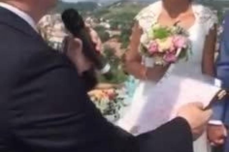 Moment EXTRAORDINAR la Cluj. Emil Boc a oficiat nunta unor tineri curajoși la 50 metri înălțime VIDEO
