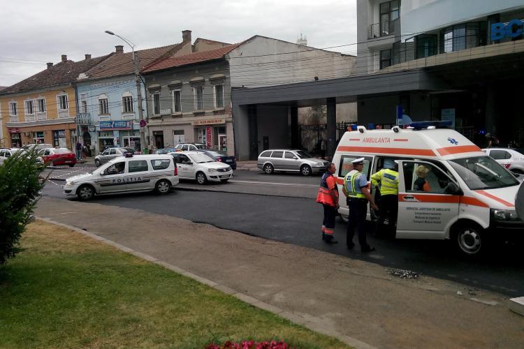 Biciclistă accidentată în centrul Clujului. I-a rămas roata blocată între șinele de tramvai FOTO
