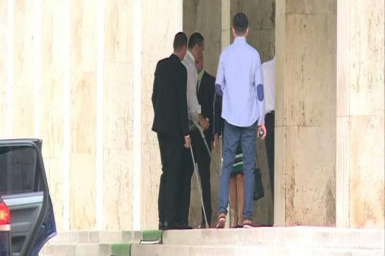 Ponta a revenit în țară. S-a dus la Guvern cu barbă şi în cârje - FOTO